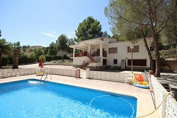 Detached Country House with 5 bedrooms and a pool close to town, in Monovar