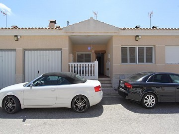 3 Bedroom modern townhouse with large pool and decking bridge