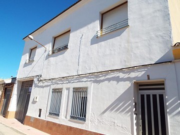 Large Townhouse with garage in Caudete