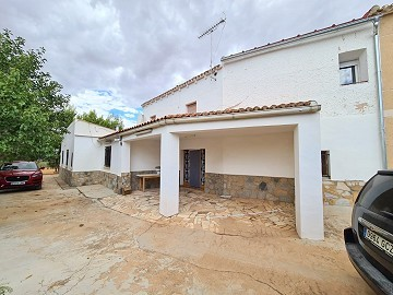 8 Bedroom Country House with pool and 14,000m2 of land